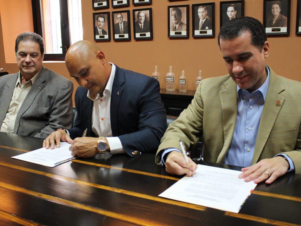 Salvador Demallistre y César Asiático, presidente y director ejecutivo, JADOMINICANA junto a Mariano Frontera, director ejecutivo FDD, durante la firma del acuerdo.
